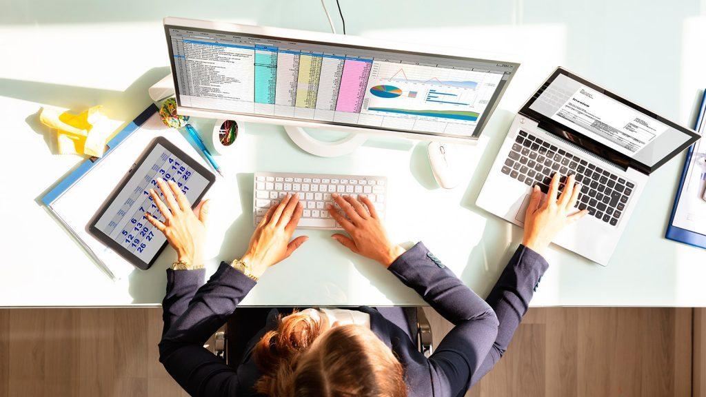 Mulher se desdobra para fazer uma gestão de vendas