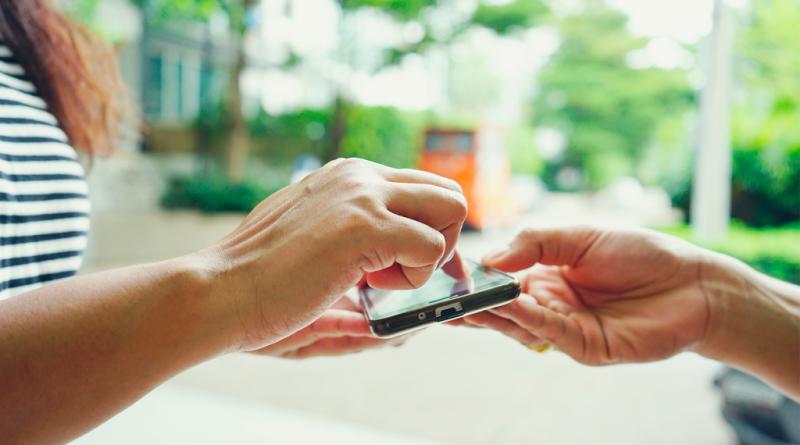 Uma pessoa assinando eletronicamente em smartphone